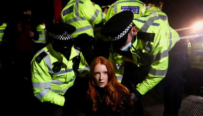 برطانوی پولیس افسر پر خاتون کے قتل کا الزام، ہزاروں افراد کا مظاہرہ