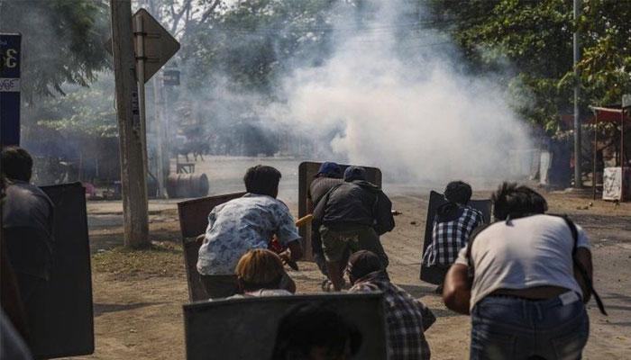 میانمار میں فوجی بغاوت کے خلاف احتجاجی مظاہرین کی فورسز سے جھڑپیں، اہلکار مارا گیا، مزید 38 افراد ہلاک