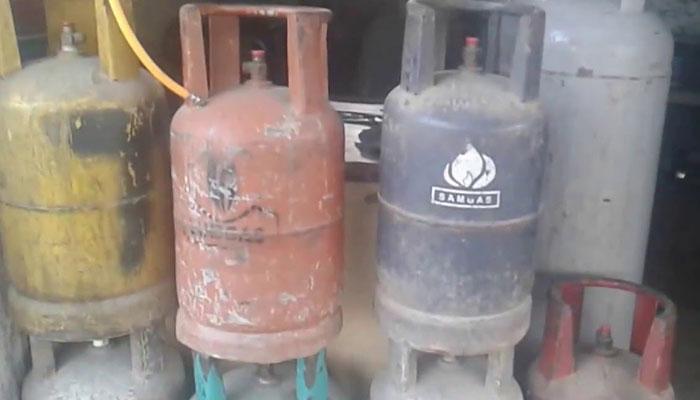 گیس سیلنڈروں کا غیر قانونی دھندا، سچل کے علاقے سے  8 دکاندار گرفتار