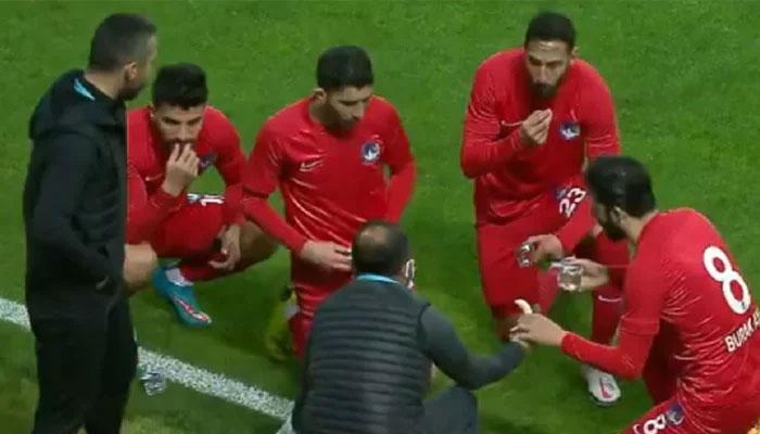 فٹبالرز کی میچ کے دوران افطار کرتے ویڈیو وائرل