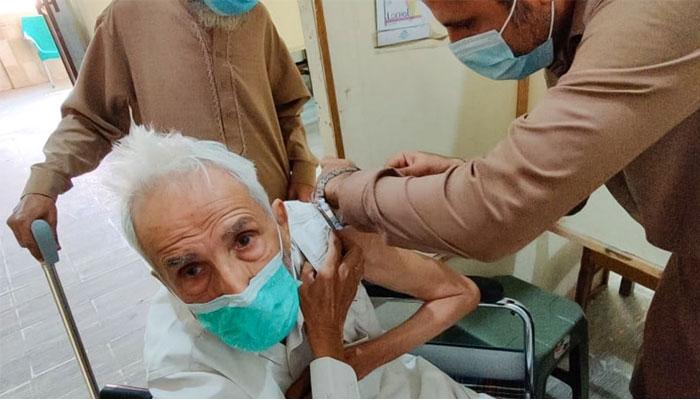 سندھ حکومت کا 60 سال سے زائد عمر اور بیمار و معذور افراد کو گھر پر ہی کورونا ویکسین لگانے کا فیصلہ