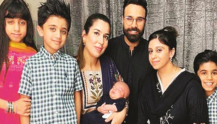 یوٹیوبر رحیم پردیسی المعروف 'نسرین' نے نومولود بیٹے سمیت فیملی کی تصویر شیئر کردی