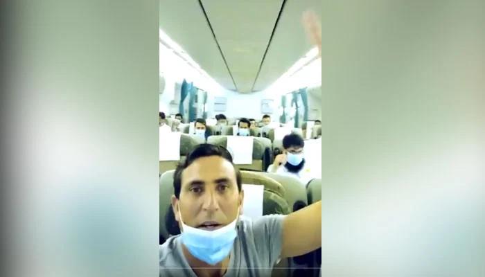 یونس خان طیارے میں پاکستان کی جیت کا جشن مناتے رہے