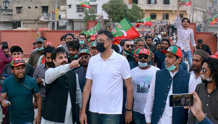 اسد عمر کا PTI رہنماؤں کے ہمراہ کراچی کے مختلف علاقوں کا دورہ