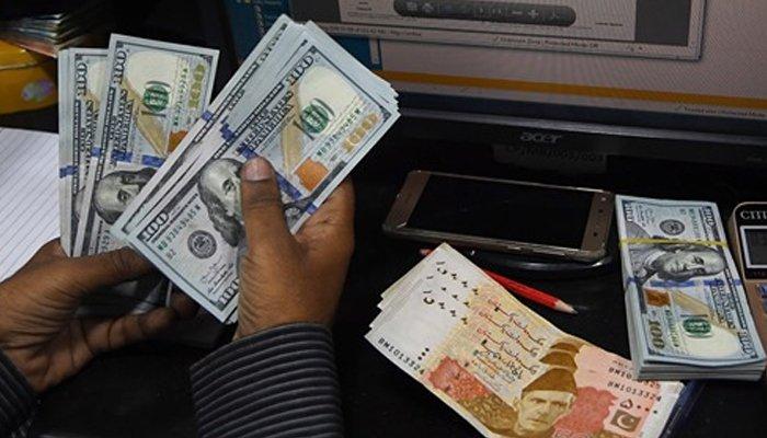 انٹر بینک میں ڈالر مہنگا، اوپن مارکیٹ میں سستا