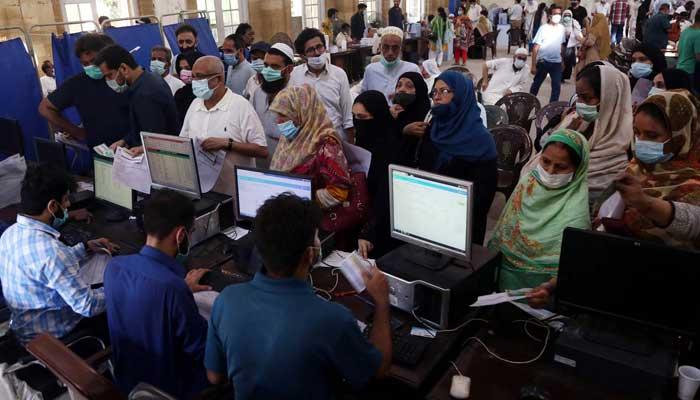 کراچی میں 2 روز کے تعطل کے بعد کورونا ویکسی نیشن کا عمل شروع