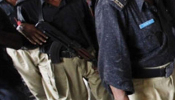 موٹرسائیکل چھین کر فرار ہونیوالا ڈاکو پولیس اہلکار کی فائرنگ سے ہلاک