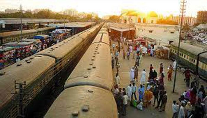 ٹرینیں کئی کئی گھنٹے تاخیر کا شکار، مسافروں کو شدید مشکلات کا سامنا