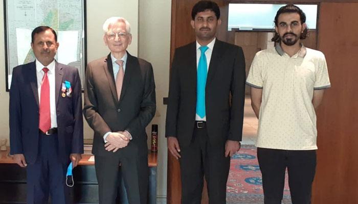 اس تصویر میں (بائیں سے دائیں جانب) فرانسیسی سفارتخانے کے پریس اتاشی سید محمد عقیل حسین، فرانسیسی سفیر ڈاکٹر مارک بیرٹی، سید قاسم مہدی شاہ، سید محمد اصغر موجود ہیں۔