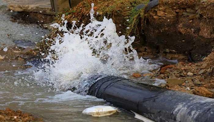 گھارو،بیک پریشر سے پائپ لائن  پھر پھٹ گئی،کراچی کو پانی کی فراہمی معطل