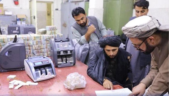 سابق افغان عہدیداروں کے گھروں سے برآمد 3 ارب روپے خزانے میں جمع