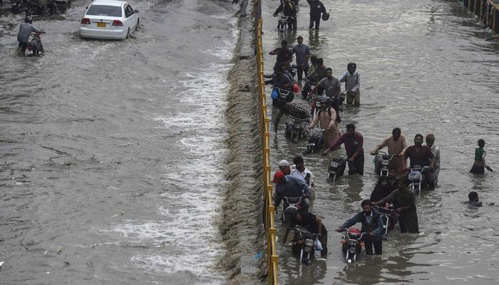 کراچی میں تھوڑی بارش، پانی زیادہ آگیا، کئی علاقے ندی نالے بن گئے، متعدد علاقوں سے بجلی غائب