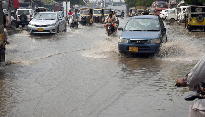 کراچی کے مختلف علاقوں میں بارش، موسم خوشگوار، مزید بارشوں کی پیشگوئی