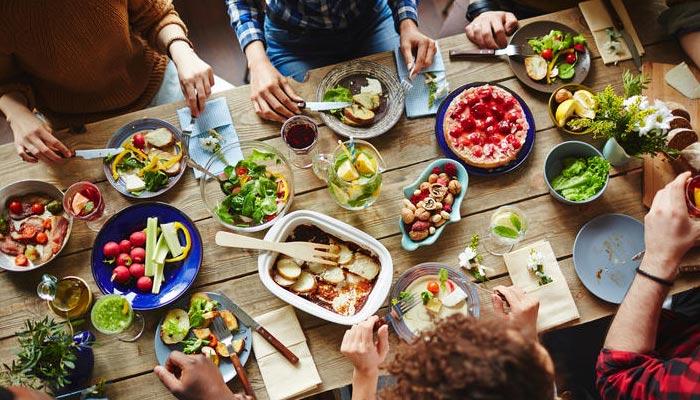 جن کی آمدنی کا زیادہ حصہ حرام پر مشتمل ہو، کیا ان کے ہاں کھانا پینا جائز ہے ؟