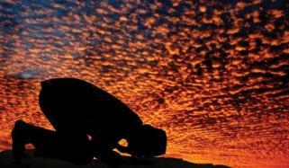 چار پائی پر بیٹھ کر نماز پڑھتے وقت پاؤں زمین پر لگنے چاہیے؟