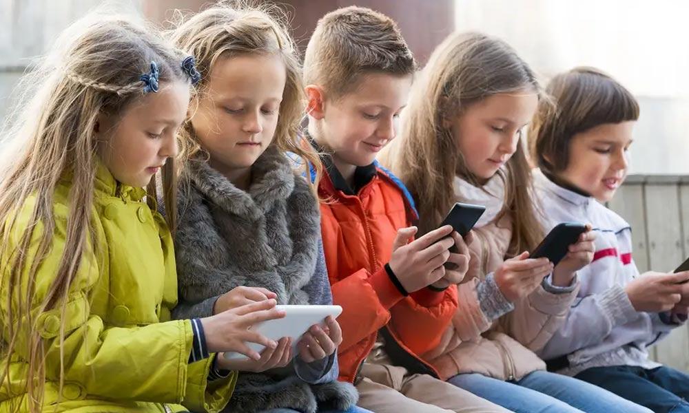 کیا اسکرین آپ کے بچے کا دماغ متاثر کررہی ہے؟