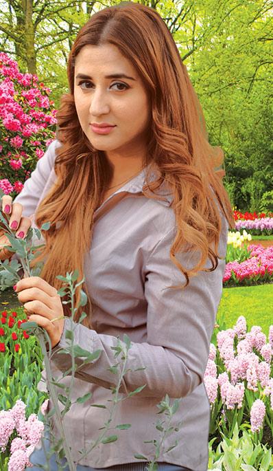 کتنے پھولوں کی مہک ہے تِرے پیراہن میں....