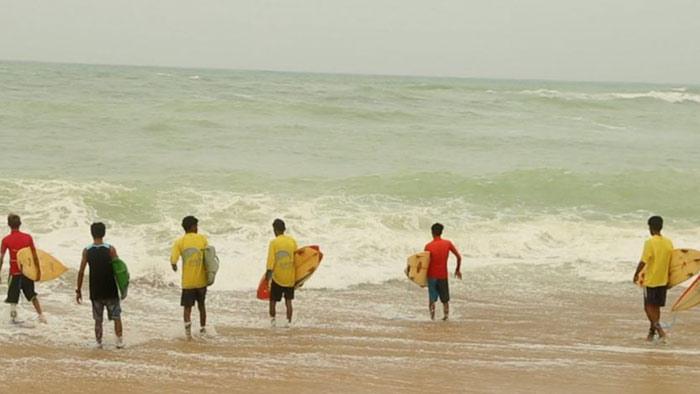 'سرفنگ ' کراچی کے ساحلوں پر ایک نئے کھیل کا بڑھتا رجحان