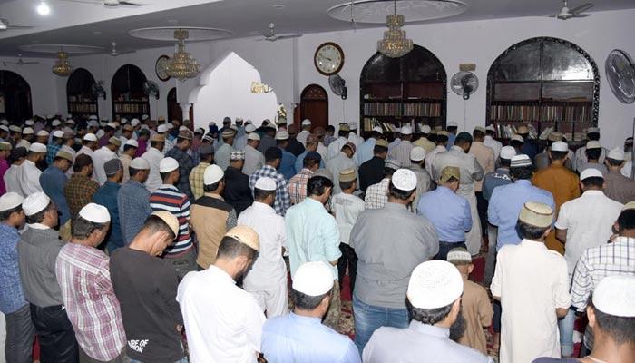 نمازی دورانِ جماعت مسجد کے ستونوں کے درمیان کھڑے نہ ہوں
