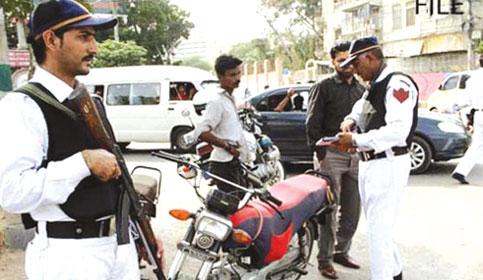 ٹریفک پولیس اور عوام کے درمیان جھگڑے