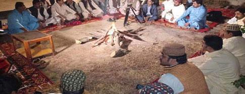 ''مچ کچہری'' سندھ کی روایتی محافل جن کا انعقاد آگ کے الاؤکے گرد ہوتا ہے