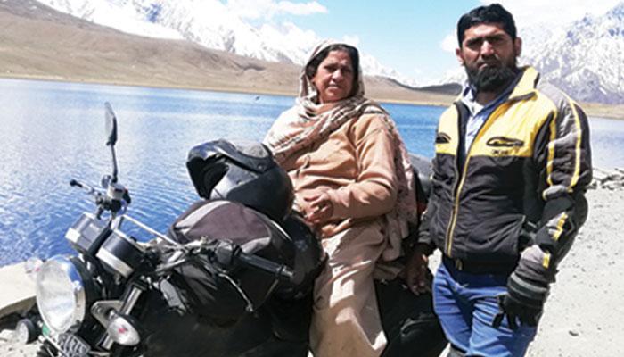 73 سالہ خاتون کی موٹر سائیکل پر شمالی علاقہ جات کی سیاحت