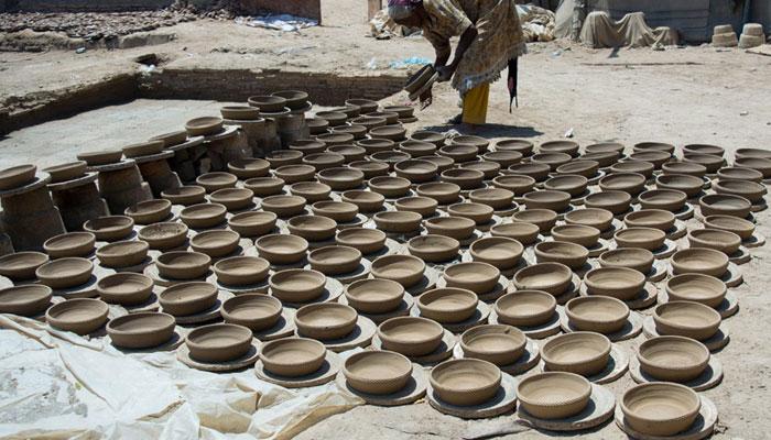 'کمہار واڑے' مسلم کچھی برادری نے مٹی کے برتن بنانے کا آغاز کیا