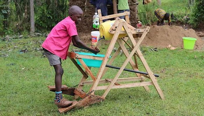 کینیا کے 9 سالہ بچے نے ہاتھ دھونے کی مشین بنا کر صدارتی ایوارڈ حاصل کیا