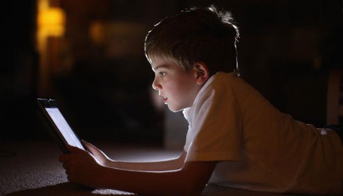 بچوں کو اسکرین اور گیجٹز سے دُور رکھیں
