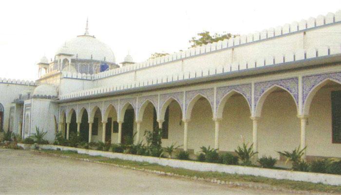 ''بھٹ شاہ'' یہاں شاہ عبداللطیف بھٹائی کے مقبرے کے علاوہ ثقافتی مرکز، میوزیم اور یونیورسٹی کیمپس بھی ہے