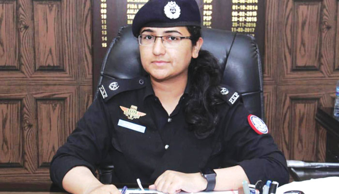 چھوٹے سے گاؤں سے نکل کر ایک لڑکی پولیس آفسر کیسے بنی