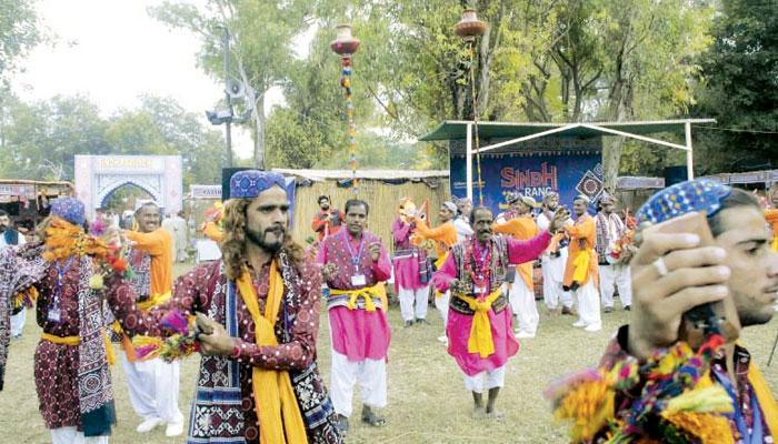 سندھ کی ثقافت کا ایک اچھوتا رنگ ''مٹکا رقص''