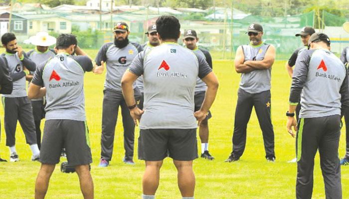 پاکستانی ٹیم انتظامہ کی کارکردگی پر سوال اٹھ رہے ہیں