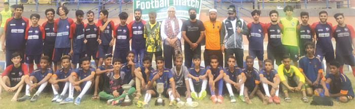 جھانگیر میموریل فٹبال کلب فٹبال چیمپیئن شپ کی فاتح ٹیموں کا انجینیئر سید محفوظ الحق کے ساتھ گروپ