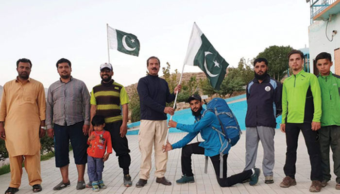 کوئٹہ، مہمان خصوصی حیات اللہ خان درانی چلتن ایڈونچر کے کوہ پیما محمد ریاض کو یوم دفاع کے ٹو بیس کیمپ پر لہرانے کے لئے قومی پرچم حوالے کرتے ہوئے