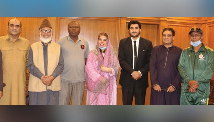 ایڈمنسٹریٹر ڈی ایم سی ساؤتھ ڈاکٹر افشاں رباب سید سے غلام محمد خان کی سر براہی میں اسپورٹس وفد کے ارکان کا گروپ
