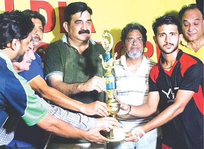 قومی ہاکی ٹیم کے سابق کپتان حنیف خان کے ایچ اے ہاکی میچ کے انعامات تقسیم کرتے ہوئے