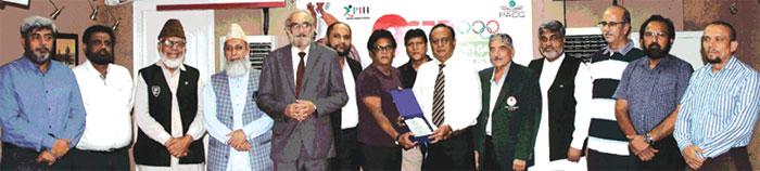 ہاکی کے حوالے سے ہونے والی تقریب میں پروفیسر رائو جاوید، امتیاز شیخ، غلام محمد خان اور دیگر کا گروپ