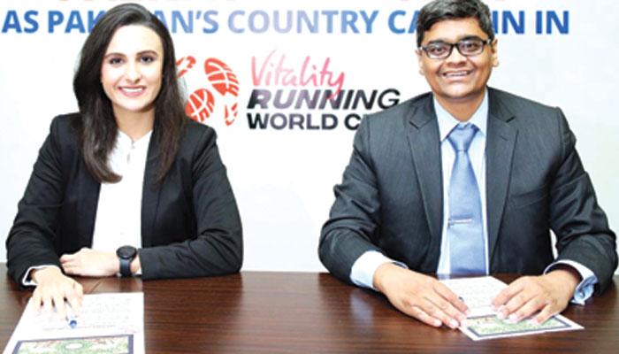 بیڈ منٹن اسٹار پلوشا بشیر معاہدے پر دستخط کے بعد جہانگیر حیدری کے ساتھ