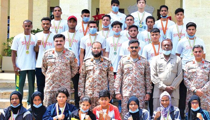 ظاہر شاہ شہید باکسنگ کی فاتح سندھ ٹیم کا ڈی جی رینجرز سندھ میجر جنرل افتخار حسن چوہدری اور اصغر بلوچ کے ساتھ گروپ