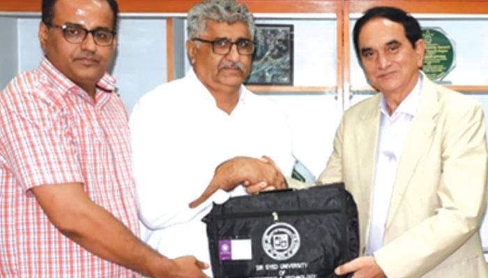 سرسید یونیورسٹی کی تقریب میں رجسٹرار سید سرفارا علی مہمان کو شیلڈ دیتے ہوئے