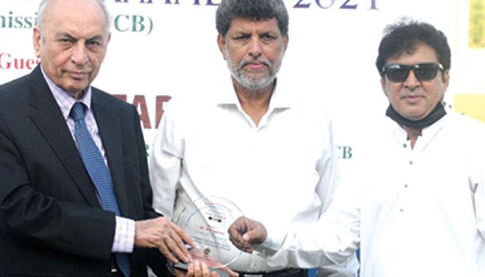 پروفیسر اعجاز فاروقی آل سندھ کر کٹ کمیٹی کے رکن ڈاکٹر عارف حفیظ کو شیلڈ دیتے ہوئے