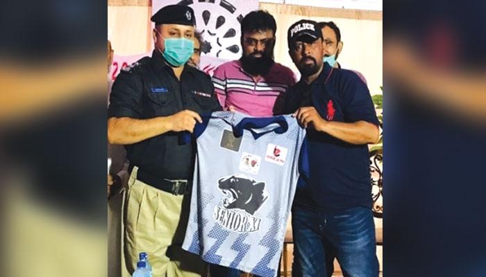 ملیر یک جہتی کرکٹ کی کٹ کی تقریب کے موقع پر پر ایس او سعود آباد رونمائی کرتے ہوئے