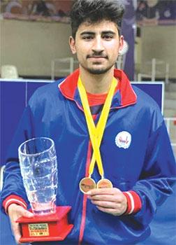 ٹیبل ٹینس کے نئے قومی چیمپئن سواتکے شاہ خان ٹرافی اٹھائے ہوئے