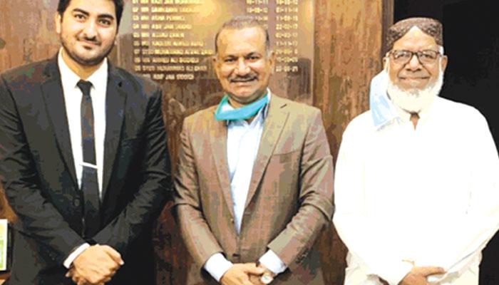 باسکٹ بال کے صدر غلام محمد خان ،ڈپٹی کمشنر شرقی آصف جان کے ساتھ