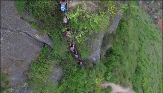 Chinese Students Fearlessly Go To School Through Dangerous Way