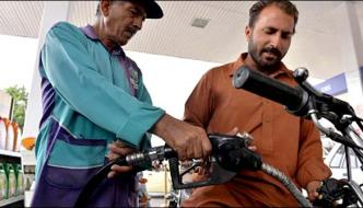 Petrol Is Overwhelmed At Some Petrol Pumps In Karachi
