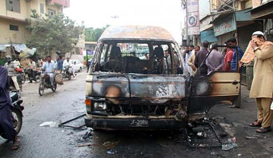 Karachi 6 People Died In Picnic Van Ablaze