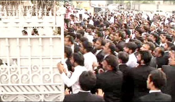 Clashes At Lhc As Lawyers Attempt To Break Into Cjs Courtroom