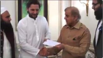 Afridi Meets Shahbaz Sharif Receives Aid Cheque Of 5 Crores
